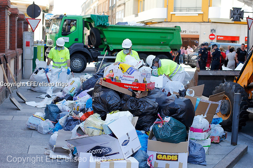 Fecha:14-06-2014.LUGO.- ARDE LUCUS.- Patricios, gladiadores, celtas y castrexos celebran el Arde Lucus en una ciudad que evoca su pasado romano inmersa en una huelga de basura que provoca la presencia de residuos en las calles. Los empleados de Tragsa limpian 7 puntos de alerta sanitaria.