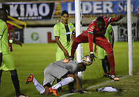 TUNJA - COLOMBIA -22-07-2016: Jesus Murillo (Der.) jugador de Patriotas FC, disputa el balón con Pablo Mina (Izq.) portero de Cortulua, durante partido Patriotas FC y Cortulua, por la fecha 5 de la Liga de Aguila II 2016 en el estadio La Independencia en la ciudad de Tunja. / Jesus Murillo (R) of Patriotas FC, figths the ball with con Pablo Mina (L) goalkeeper of Cortulua, during a match Patriotas FC and Cortulua, for date 5 of the Liga de Aguila II 2016 at La Independencia stadium in Tunja city. Photo: VizzorImage  /  Cesar Melgarejo / Cont.
