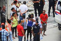 SAO PAULO, SP, 05.12.2013 - DESABAMENTO / OBRA / GUARULHOS - O irmão Edivaldo Jesus Santos de  Edenilson Jesus Santos, de 24 anos, que estava desaparecido desde o desabamento de um prédio em Guarulhos, na segunda-feira (2), foi localizado pelas equipes de resgate às 13h45 desta quinta-feira (5). Foto: Adriano Lima / Brazil Photo Press).