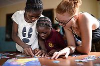 SAMBIA, Distrikt Sinazongwe, Freiwilligendienst bei KDF in Sinazese, Frieda Marie Schmitz arbeitet im KDF Jugend Zentrum, Spiele mit Kindern