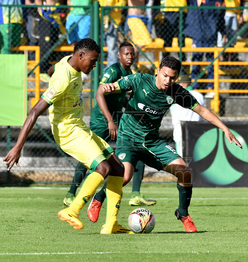 BOGOTA - COLOMBIA -05 -11-2016: Andres Restrepo (Der.) jugador de La Equidad disputa el balón con Nicolas Palacios (Izq.) jugador de Atletico Bucaramanga, durante partido entre La Equidad y Atletico Bucaramanga, por la fecha 19 de la Liga Aguila II-2016, jugado en el estadio Metropolitano de Techo de la ciudad de Bogota. / Andres Restrepo (R) player of La Equidad vies for the ball with Nicolas Palacios (L) player of Atletico Bucaramanga, during a match La Equidad and Atletico Bucaramanga, for the  date 19 of the Liga Aguila II-2016 at the Metropolitano de Techo Stadium in Bogota city, Photo: VizzorImage  / Luis Ramirez / Staff.