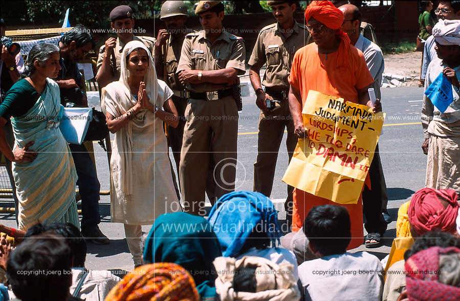 INDIA, New Delhi, Arundhati Roy, Swami Agnivesh and Medha Patkar the leader of NBA Narmada Bachao Andolan, movement to save the Narmada on rally against world bank and IMF / INDIEN, New Delhi, Arundhati Roy, Swami Agnivesh und Medha Patkar auf einer Demo gegen Staudaemme, Weltbank und IWF