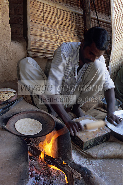 "Asie/Inde/Rajasthan/Env d'Udaipur : Restaurant ""Apani Dhani"" - Préparation des naans ""chapati"""