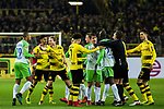 14.01.2018, Signal Iduna Park, Dortmund, GER, 1.FBL, Borussia Dortmund vs VfL Wolfsburg, <br /> <br /> im Bild | picture shows:<br /> Rudelbildung kurz vor dem Spielende. Schiedsrichter Tobias Stieler bringt die Mannschaften des VfL Wolfsburg und von Borussia Dortmund auseinander. Andre Schuerrle (Borussia Dortmund #21) attackiert Marcel Tisserand (VfL Wolfsburg #29), <br /> <br /> Foto &copy; nordphoto / Rauch