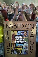 UNGARN, 21.04.2018, Budapest V. Bezirk. Zwei Wochen nach der Parlamentswahl demonstrieren ueber 100000 Menschen gegen den durch das manipulierte Wahlsystem ermoeglichten erneuten &ldquo;Zwei-Drittel-Sieg&ldquo; von Fidesz. Die Massen stehen von der Elisabethbruecke bis zum Astoria. Filmplakat mit Andy und T&iacute;mea Vajna, Antal Rog&aacute;n and L&ouml;rincz M&eacute;sz&aacute;ros: &quot;Der riesige Diebstahl oeffentlicher Mittel&quot; | Two weeks after the parliamentary elections more than 100 000 people demonstrate against Fidesz new &ldquo;two-third-supermajority&ldquo; facilitated by a manipulated election system. The masses fill the entire stretch between the Elisabeth bridge and Astoria. Movie poster with Andy and Timea Vajna, Antal Rogan and Lorincz Meszaros: &quot;The grand theft of public money&quot;<br /> &copy; Martin Fejer/estost.net