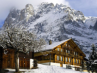 CHE, Schweiz, Kanton Bern, Berner Oberland, Grindelwald: Chalet vorm Wetterhorn 3.701 m | CHE, Switzerland, Bern Canton, Bernese Oberland, Grindelwald: Chalet - Swiss residential builidng - in front of Wetterhorn mountain 12.143 ft