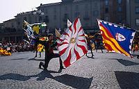 Italien, Piemont, Fahnenschwenker beim Palio in Asti, beim Palio das jedes Jahr am 3.Septembersonntag stattfindet, treten 14 Stadtviertel gegeneinander zum Pferderennen an