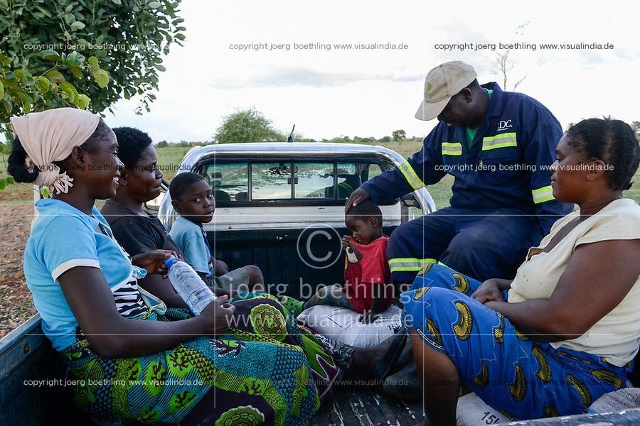 ZAMBIA, Mazabuka, Chikankata area, medium scale farmer Stephen Chinyama with two wifes and children  going home after farmwork