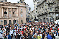 SAO PAULO, 30 DE MAIO DE 2013 - PROCISSAO CORPUS CRHISTI - Fiéis acompanham procissão, que saiu da Praça da Sé e seguiu até a Paróquia de Santa IfigIenia, na manhã desta quinta feira, 30, feiado de Corpus Christi, região central da capital. (FOTO: ALEXANDRE MOREIRA / BRAZIL PHOTO PRESS)