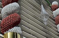 ATENCAO EDITOR: FOTO EMBARGADA PARA VEICULOS INTERNACIONAIS. SAO PAULO, SP, 03 DE DEZEMBRO DE 2012 - Detalhe da decoracao de Natal do Conjunto Nacional, na Avenida Paulista, na manha desta segunda feira, 03, regiao central da capital. A decoracao e toda feita de garrafas PET e materias reciclaveis. FOTO: ALEXANDRE MOREIRA - BRAZIL PHOTO PRESS.