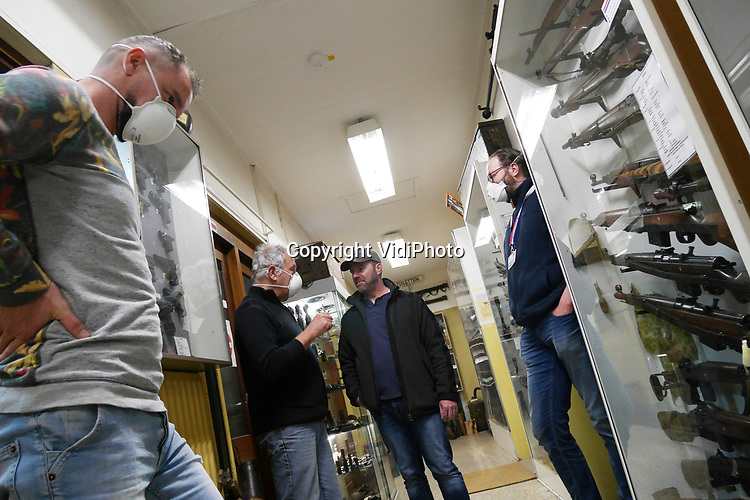 """Foto: VidiPhoto<br /> <br /> ARNHEM – Niet alles in educatief Nederland is hermetisch gesloten. Als enige museum in Nederland, voor zover bekend, is het Arnhems Oorlogsmuseum 40-45 gewoon toegankelijk voor het publiek. Druk is het echter niet, vertelt eigenaar/directeur Eef Peeters. Met enkele vrijwilligers verzorgt hij woensdag rondleidingen aan zijn Duitse bezoekers. De veiligheidsmaatregelen worden zoveel mogelijk in acht genomen. De vrijwilligers dragen mondkapjes en wassen na iedere rondleiding hun handen. Datzelfde doet de kassamedewerker. Het particuliere museum heeft alleen entreegelden als inkomsten. Peeters: """"Mijn kosten gaan gewoon door en de overheid springt niet bij."""""""