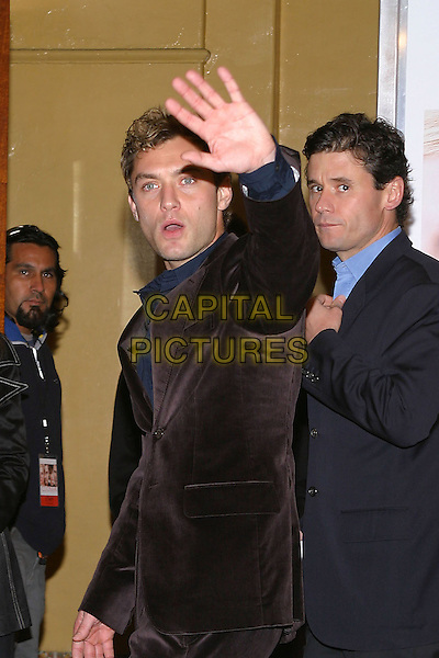 "JUDE LAW.World Premiere of ""Closer"" held at the Mann Village Theatre..22 November 2004.half length, hand up, waving, gesture, shocked, surprise.www.capitalpictures.com.sales@capitalpictures.com.© Capital Pictures."