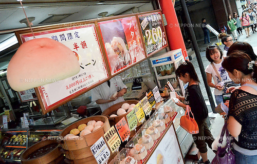 July 24, 2011 - Yokohama, Japan - Nikuman, a steamed meat bun, is one of most famous delicacies in Chinatown. Yokohama Chinatown is a largest Chinatown in Asia with a history that dates back to approximately 150 years. Until today, it still remains as a popular tourist destination for locals and travelers abroad. (Photo by Yumeto Yamazaki/AFLO)