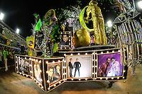 RIO DE JANEIRO, RJ, 09.02.2016 - CARNAVAL-RJ - Integrantes da escola de samba Imperatriz Leopoldinense durante segundo dia de desfiles do grupo especial do Carnaval do Rio de Janeiro no Sambódromo Marquês de Sapucaí na região central da capital fluminense na  madrugada desta segunda-feira, 09. (Foto: Vanessa Carvalho/Brazil Photo Press/Folhapress)