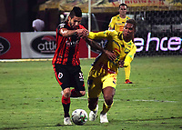 CÚCUTA- COLOMBIA, 26-02-2019:Jhonathan Agudelo (Izq.)   jugador del Cúcuta Deportivo  disputa el balón con Diego Moreno (Der.) jugador del Atlético Huila durante partido por la fecha 7 de la Liga Águila I  2019 jugado en el estadio General Santander de la ciudad de Cúcuta . /Jhonathan Agudelo (L)  player of  Cucuta Deportivo fights the ball with Diego Moreno (R) Atletico Huila during the match for the date 7 of the Liga Aguila I 2019 played at the General Santander  stadium in Cucuta  city. Photo: VizzorImage / Manuel Hernández  / Contribuidor