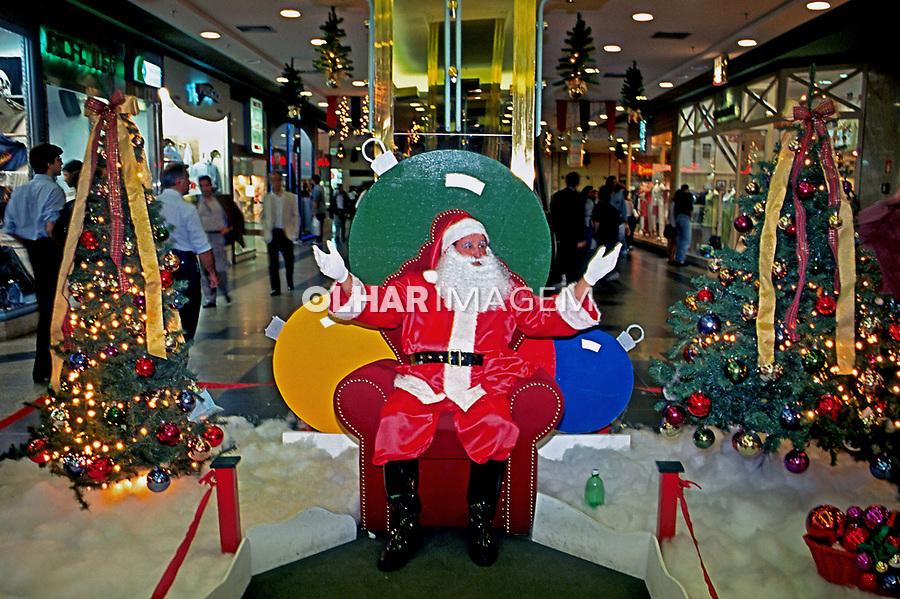 Trabalho de Papai Noel no Natal em shopping. São Paulo. 1996. Foto Juca Martins