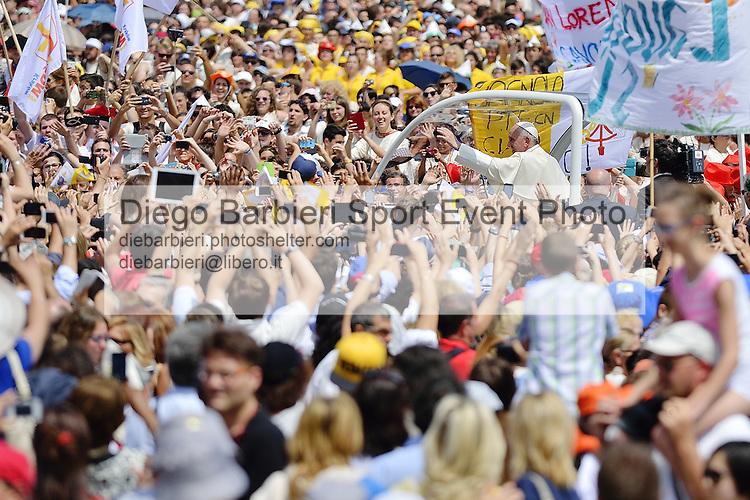 21 giugno 2015, TORINO, ITALIA: Papa Francesco Bergoglio visita Torino in occasione della ostensione della sacra Sindone e la citt&agrave; lo accoglie con un bagno di folla in Piazza Vittorio per la messa.<br /> <br /> 2015, 21st june, TURIN, ITALY: Holy Father Pope Francesco Bergoglio visit Turin for the holy Shroud exhibition and the city cheers him with a joyful crowd in Vittorio Place
