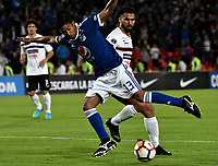 BOGOTÁ - COLOMBIA, 15-08-2018: Christian Marrugo (Izq.) jugador de Millonarios (COL), disputa el balón con Alberto Espínola (Der.) jugador de General Díaz (PAR), durante partido de vuelta entre Millonarios (COL) y General Díaz (PAR), de la segunda fase por la Copa Conmebol Sudamericana 2018, en el estadio Nemesio Camacho El Campin, de la ciudad de Bogotá. / Christian Marrugo (L) player of Millonarios (COL), fights for the ball with Alberto Espinola (R) player of General Diaz (PAR), during a match of the second leg between Millonarios (COL) and General Diaz (PAR), of the second phase for the Conmebol Sudamericana Cup 2018 in the Nemesio Camacho El Campin stadium in Bogota city. VizzorImage / Luis Ramirez / Staff.