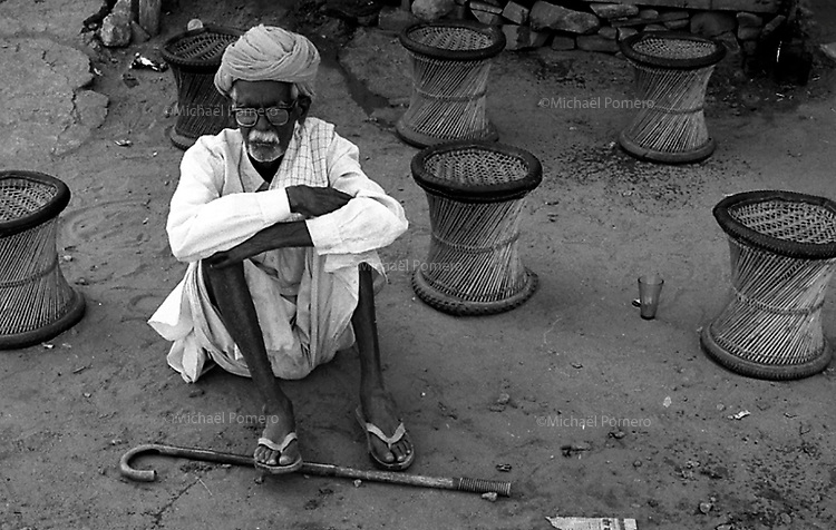 11.2008 Old man sitting on the ground in a tea shop during festival of kartik purnima in Pushkar.<br /> <br /> Vieil homme assis par terre a un magasin de thé pendant la fête de kartik purnima de Pushkar.