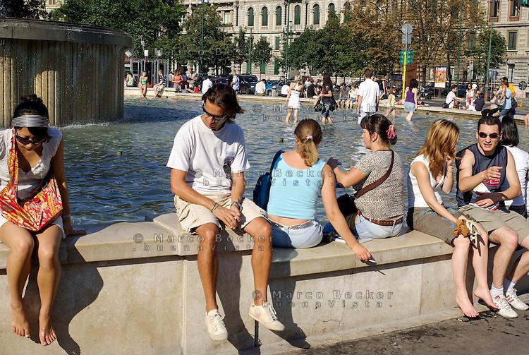 Milano, zona centro, gente alla fontana davanti al Castello Sforzesco --- Milan, downtown, people at the fountain in front of the Sforza Castle