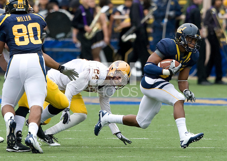 Shane Vereen of California runs the ball away from ASU defenders during the game at Memorial Stadium in Berkeley, California on October 23rd, 2010.  California defeated Arizona State, 50-17.