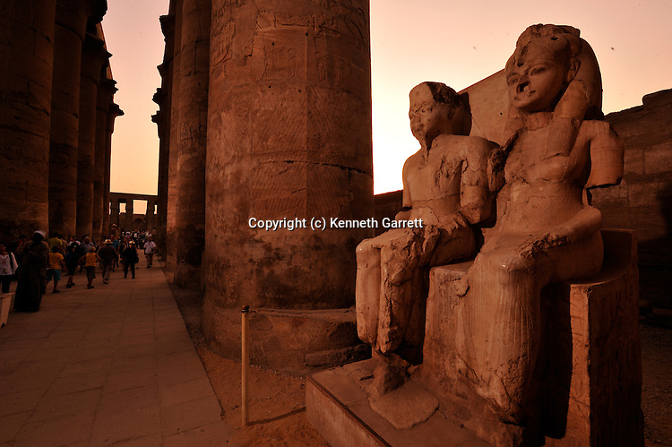 mm7864; 18th Dynasty; New Kingdom; Egypt,Statues of Tutankhamun and wife Ankhsenamun; Luxor Temple