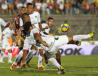 IBAGUÉ -COLOMBIA, 04-05-2013. Un jugador (I) del Deportes Tolima disputa el balón con Andres Perez (D) del Deportivo Cali durante partido de la fecha 14 Liga Postobón 2013-1./  One player  (L) of Deportes Tolima fights for the ball with Andres Perez ( R) of Deportivo Cali during match of the 14th date of Postobon  League 2013-1. (Photo: VizzorImage/Felipe Caicedo/Staff)