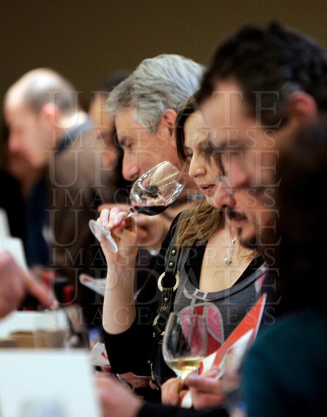 Ultima giornata del Roma Wine Festival, 2 marzo 2008..People taste wine at the Rome Wine Festival, 2 march 2008..UPDATE IMAGES PRESS/Riccardo De Luca