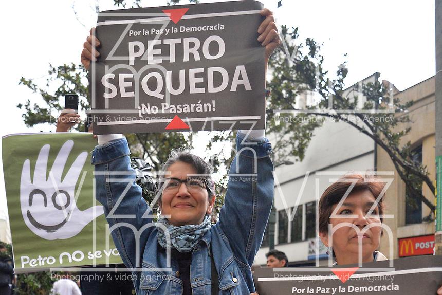 BOGOTÁ -COLOMBIA. 23-04-2014. Seguidores del restituido alcalde Mayor de Bogotá, Gustavo Petro, lo acompañaron, hoy 23 de abril de 2014, durante el recorrido que terminó en el Palacio de Liévano. Petro había sido retirado de su cargo tras una investigación de la Procuraduría General de la Nacion que también le impusó una inhabilidad para ejercer cargos públicos por 15 años. / Supporters of restituted mayor of Bogota, Gustavo Petro, accompanying him on the haul, today April 15 of 2014, that finished in the Lievano Palace. Petro had been removed from his post after an investigation of General National Attorney that also imposed a disability for 15 years to hold public office. Photo: VizzorImage/ Str