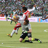 MEDELLÍN -COLOMBIA, 14-07-2013.  Wilder Medina  (Izq) jugador de Independiente Santa Fe disputa el balón contra  Franco Armani(Der) del Atlético Nacional , correspondiente al  primer partido de la final de la Liga Postobón , jugado en el estadio Atanasio Girardot  de Medellín./ Wilder Medina(Left) Independiente Santa Fe player fights for the ball against Franco Armani ( Right) of Atletico Nacional for the first game of the Postobón League final, played at the Atanasio Girardot stadium in Medellin.<br />