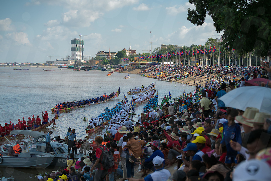 November 13, 2016 - Phnom Penh (Cambodia). Thousands of people watch the beginning of the competitions from the banks of the Tonle Sap. © Thomas Cristofoletti / Ruom