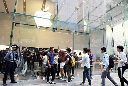 September 16, 2016, Tokyo, Japan ? Customerw queu up to purchase Apple's iPhone 7 at an Apple store in Tokyo on Friday, September 16, 2016. Apple launched the new iPhone 7 and 7 Plus on Japanese market.   (Photo by Yoshio Tsunoda/AFLO) LWX -ytd-