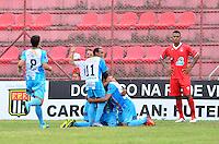 OSASCO,SP, 12.01.2014 - COPA SÃO PAULO DE FUTEBOL JUNIOR - JI-PARANÁ x RIO BRANCO (AC): Jogadores comemoram o gol de Junior (e) para a equipe do Ji-Paraná (Azul) durante partida Ji-Paraná x Rio Branco (AC), válida pela 3ª rodada do grupo X da Copa São Paulo de Futebol Junior, disputada no Estádio Prefeito José Liberatti em Osasco. (Foto: Levi Bianco / Brazil Photo Press)