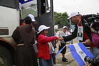 El Ceibo Tabasco 20/Noviembre/2014.<br /> Cruce fronterizo v&iacute;a terrestre vehicular, Guatemala (El Ceibo) - M&eacute;xico (Sue&ntilde;os de Oro).<br /> Se realiz&oacute; en El Ceibo (Guatemala) o Sue&ntilde;os de Oro (M&eacute;xico), los tr&aacute;mites correspondientes de la documentaci&oacute;n necesaria por migraci&oacute;n de las Madres que viene a territorio mexicano a embarcarse en la D&eacute;cima Caravana Movimiento Migrante Mesoamericano nombrada &ldquo;Puentes de Esperanza&rdquo;, donde fueron recibidos y acompa&ntilde;ados en todo momento por Fray Tom&aacute;s y Martha S&aacute;nchez fundadora y coordinadora de la caravana, dichas madres son procedentes de Honduras, Guatemala, Nicaragua, El Salvador y de algunos otros pa&iacute;ses de Sudam&eacute;rica, con el &uacute;nico prop&oacute;sito de encontrar a sus familiares desaparecidos que salieron procedentes de sus pa&iacute;ses de origen.