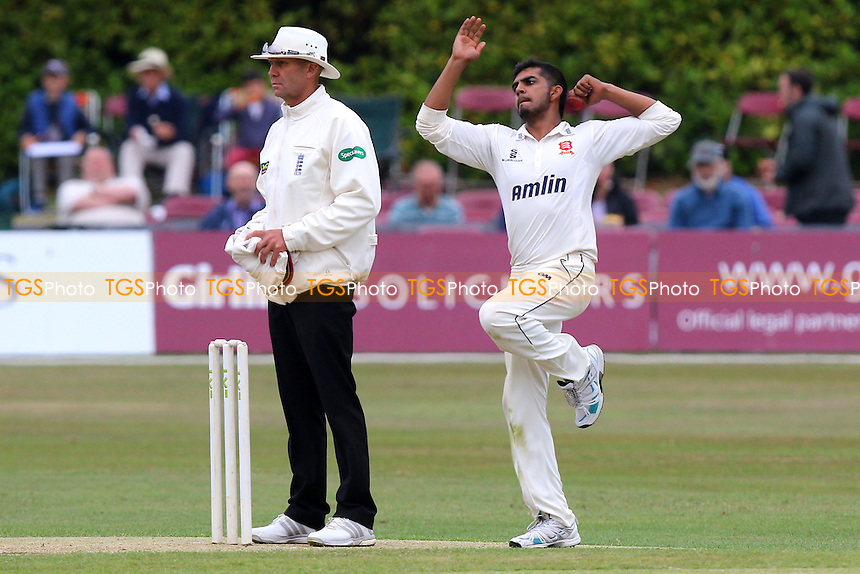 Loan signing Ravi Patel (from Middlesex) in bowling action for Essex CCC