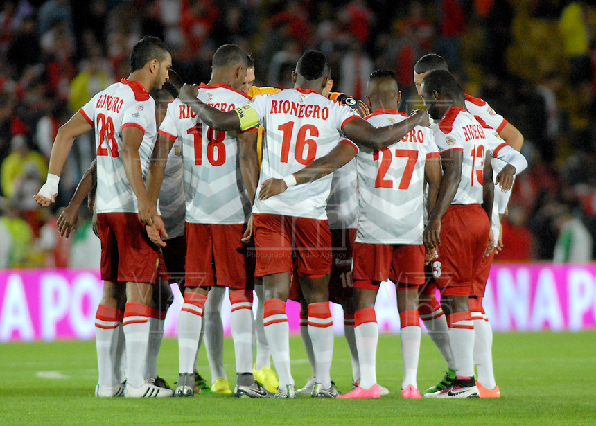 BOGOTA - COLOMBIA - 30-04-2016: Los jugadores de Rionegro Aguilas, durante partido por la fecha 16 entre Independiente Santa Fe y Rionegro Aguilas, de la Liga Aguila I-2016, en el estadio Nemesio Camacho El Campin de la ciudad de Bogota.  / The players of Rionegro Aguilas, during a match of the date 16 between Independiente Santa Fe and Rionegro Aguilas, for the Liga Aguila I -2016 at the Nemesio Camacho El Campin Stadium in Bogota city, Photo: VizzorImage / Luis Ramirez / Staff.