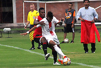 CUCUTA - COLOMBIA - 16-08-2015. Jefferson Murillo jugador  del Cucuta Deportivo  disputa el balon  contra Miguel Medina del  Cortulua  durante partido  por la fecha 6 de la Liga Aguila II 2015 jugado en el estadio General Santander / Jefferson Murillo player of Cucuta Deportivo   fights the ball against  Miguel Medina of Cortulua  during a match for the six  date of the Liga Aguila II 2015 played a General Santander Atanasio Girardot stadium in Cucuta city. Photo: VizzorImage / Manuel Hernandez  / Contribuidor