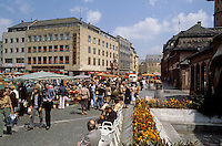 Mainz: Martplatz on Saturday. People watching, and lots of shoppers.
