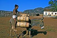 Transporte de água de açude. Piauí. 1999. Foto de Ricardo Azoury.