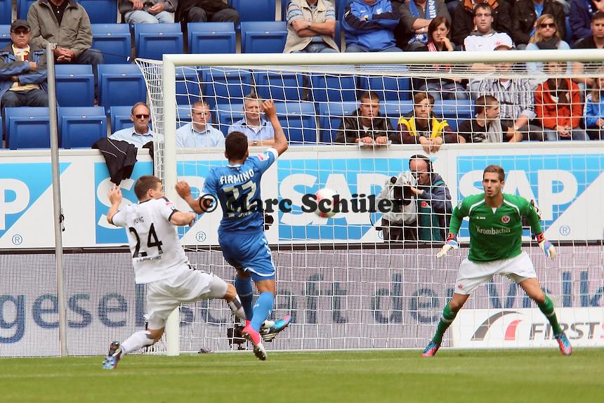 Sebastian Jung (Eintracht) klaert gegen Roberto Firmino (TSG)