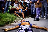 """Manaus AM 17 04 2012 VIOLENCIA TRAFICO-  Familiares do menor  Yan Felipe de Oliveira Lopes, 16 anos morto com 12 tiros na rua Roma, bairro Grande Vitoria, zona leste de Manaus, choram ao lado do corpo. Usuário de drogas Yan foi morto por nao pagamento de divida com traficantes. <br /> A série """"guerra esquecida"""", revela uma triste realidade da maior cidade do norte do Brasil. Manaus teve  de 2010 a 2012 mais de  2 mil homicidios de jovens envolvidos com o tráfico de drogas. A igreja católica em fevereiro de 2013 lançou a campanha da CNBB (Conferência Nacional dos Bispos do Brasil), que tem como tema """"Fraternidade e Juventude"""" , o que gerou polêmica na cidade devido ao número de homicidios que o governo do Amazonas não reconhece, ou tenta manipular dados para que não se tenha uma imagem negativa do estado Em 2014 manaus é uma das subsedes da Copa do Mundo de Futebol. (Foto Albero Céesar Araújo)"""