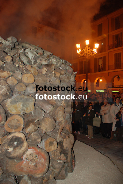 Bonfire of Saint Sebastian at the square Plaza Mayor <br /> <br /> Fuego de San Sebasti&aacute;n (cat.: Sant Sebasti&agrave;) en la Plaza Mayor <br /> <br /> Sankt Sebastian Feuer auf der Plaza Mayor <br /> <br /> 3872 x 2592 px<br /> 150 dpi: 65,57 x 43,89 cm<br /> 300 dpi: 32,78 x 21,95 cm