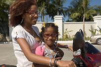Dominikanische Republik Dominikanische Republik, Mutter und Kind auf Moped in El Portillo auf der Samana-Halbinsel