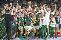 Final Rugby World Cup 2019 YOKOHAMA, TO - 02.11.2019: FINAL RUGBY WORLD CUP 2019 - Springbok champions raising the Webb Ellis Cup, led by their captain Siya Kolisi. England-South Africa clash for Rugby World Cup 2019 Final held at Yokohama International Stadium in Yokohama, JPN <br /> Rugby Coppa del Mondo finale <br /> Inghilterra Vs Sud Africa.<br /> Sud Africa Campione del Mondo  <br /> Photo: Bruno Ruas/Fotoarena