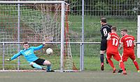 Jannik Oberle (SG Unter-Abtsteinach) Schuss gegen Pascal Wicht (SKV Büttelborn) verunglückt zur Flanke und bereitet das 0:1 vor - Büttelborn 15.04.2018: SKV Büttelborn vs. SG Unter-Abtsteinach