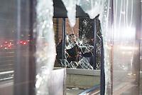SÃO PAULO, SP - 11.06.2013: MANIFESTAÇÃO AUMENTO DA TARIFA - Manifestantes entram em confornto com a Policia na Av Paulista região central de São Paulo. A Estação Trianon Masp teve os vidros quebrados durante o confronto. (Foto: Marcelo Brammer/Brazil Photo Press)