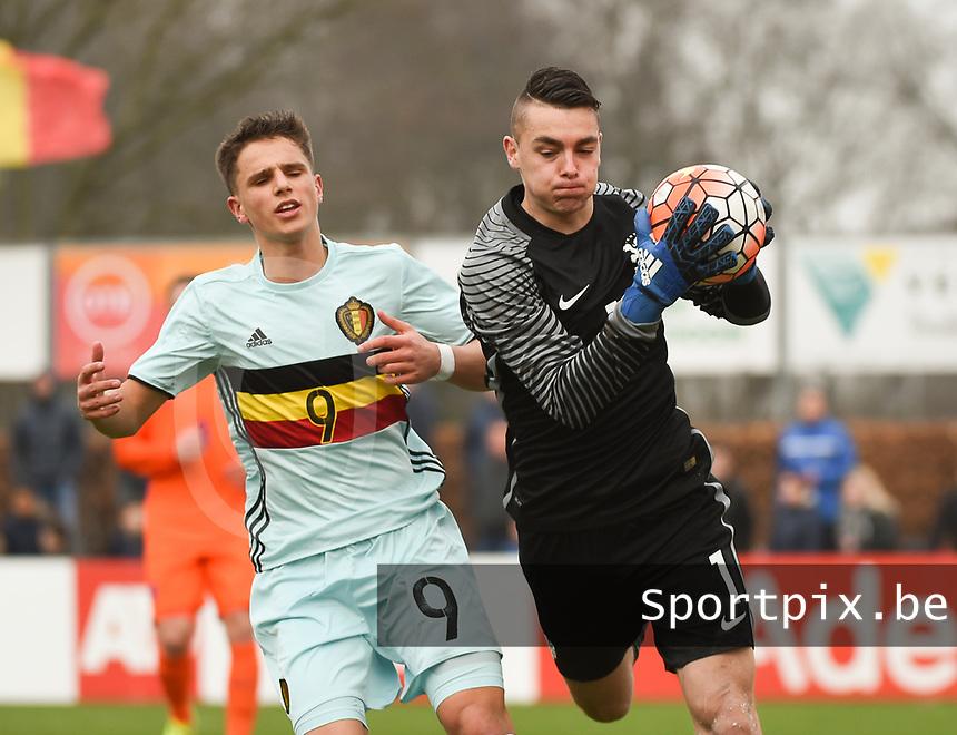 20170314 - UDEN , NETHERLANDS : Dutch Jasper Schendelaar (R) and Belgian Daan Vekemans (L) pictured during the UEFA Under 17 Elite round game between The Netherlands U17 and Belgium U17, on the first matchday in group 5 of the Uefa Under 17 elite round in The Netherlands , tuesday 14 th March 2017 . PHOTO SPORTPIX.BE | DIRK VUYLSTEKE