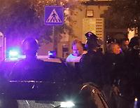 un Uomo Pasquale De Falco ha ucciso la madre e si &egrave; barricato in casa.Dopo 8 ore un blitz dei carabiniere e riuscito a stanarlo dall appartamento in cui si era asseragliato <br /> Qualiano NA Pasquale De Falco portato via dai Carabinieri