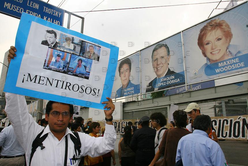 Miembros resistencia civil pacifica protestaron afuera de las instalaciones de Radio Formula para pedir una mejor distribución de la información, así como el derecho de replica, el 10 octubre 2006. Foto: Alejandro Meléndez