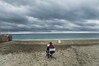 Roma 27 Ottobre, 2017. Un uomo legge seduto in una spiaggia di Ostia. <br /> A man reading a book at Ostia beach